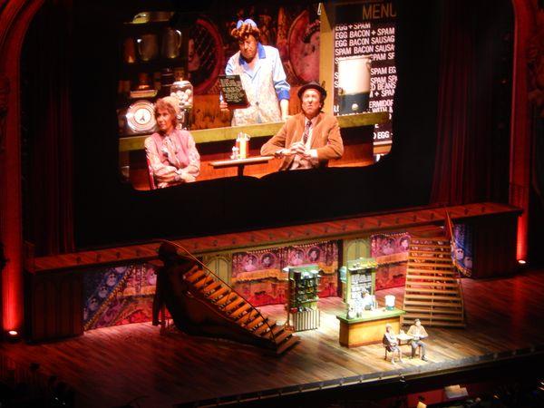 Und das war der Blick auf die Bühne. Außerdem gab es drei Leinwände, auf denen aller übertragen wurde.