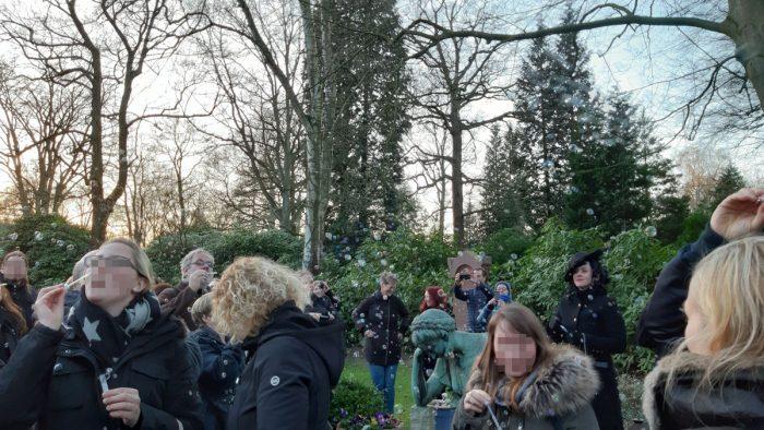 Seifenblasen auf dem Friedhof